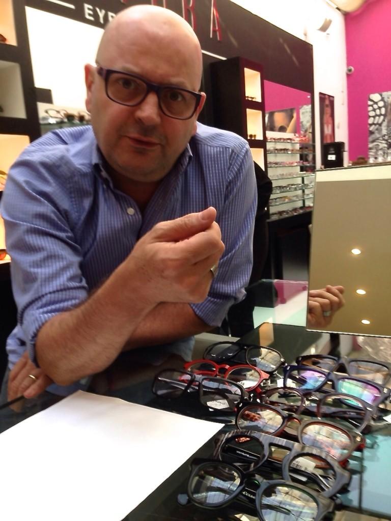 Um dos mais celebrado designers de óculos do mundo.
