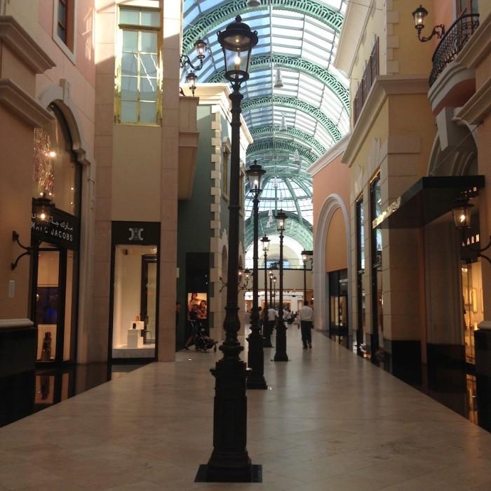 Área de grifes renomadas no Mall of Emirates