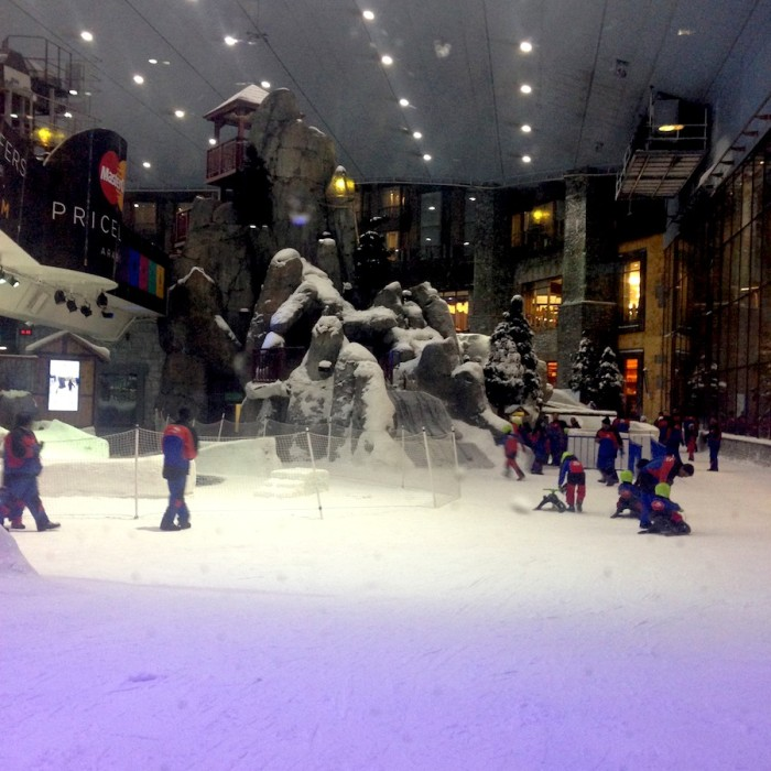 Os termômetros nas ruas marcavam 36 graus e no shopping o pessoal se divertindo na neve
