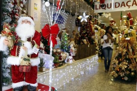 Com previsão de queda ou estagnação nas vendas de Natal, comércio prepara promoções