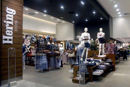 Estoques altos devem dificultar vendas no varejo de moda