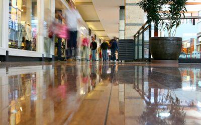 Clientes ficam mais tempo nos shoppings, mas entram em um número menor de lojas