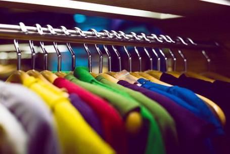 Na contramão da Black Friday, bazares pregam consumo consciente de roupas
