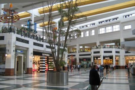 Fluxo de pessoas em shoppings mantém tendência de queda
