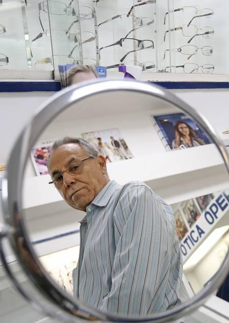 Leonardo, dono de ótica: há 42 anos no comércio, nunca passou por crise pior que a de agora Foto: Roberto Moreyra / Extra