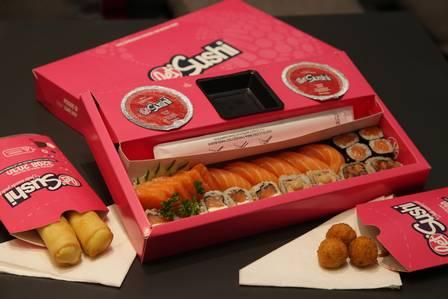 A rede Let's Sushi criou uma embalagem para facilitar quem pede por delivery: tudo numa caixa só Foto: Roberto Moreyra / Extra