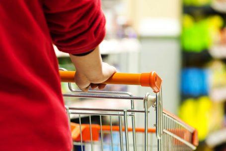 Consumo continua em queda, apesar da melhora nas expectativas