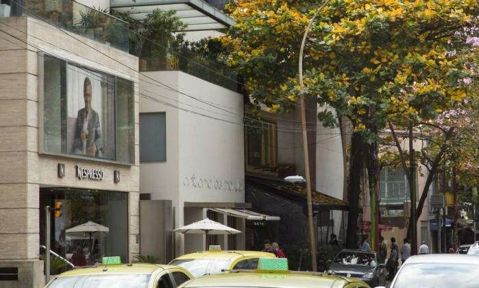Endereço grifado. A Rua Garcia D'Ávila, em Ipanema, é povoada por marcas de luxo e joalherias, que bancam os altos aluguéis de olho na clientela classe A - Leo Martins / O Globo