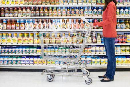 Brasileiro vai mais ao mercado, mas está comprando menos e pagando mais barato