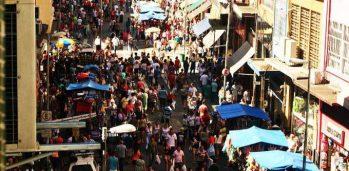 O vaivém na rua 25 de Março, coração do comércio popular do Centro de São Paulo (Danilo Valentini/VEJA/VEJA/VEJA/VEJA)