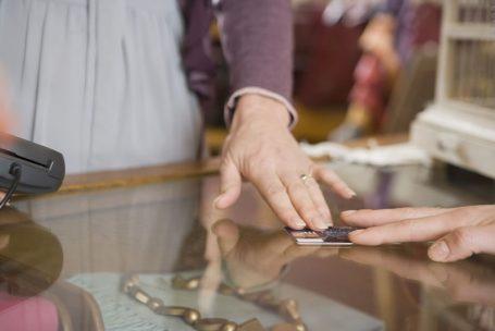 Nova queda de vendas no varejo indica que consumo não atingiu fundo do poço