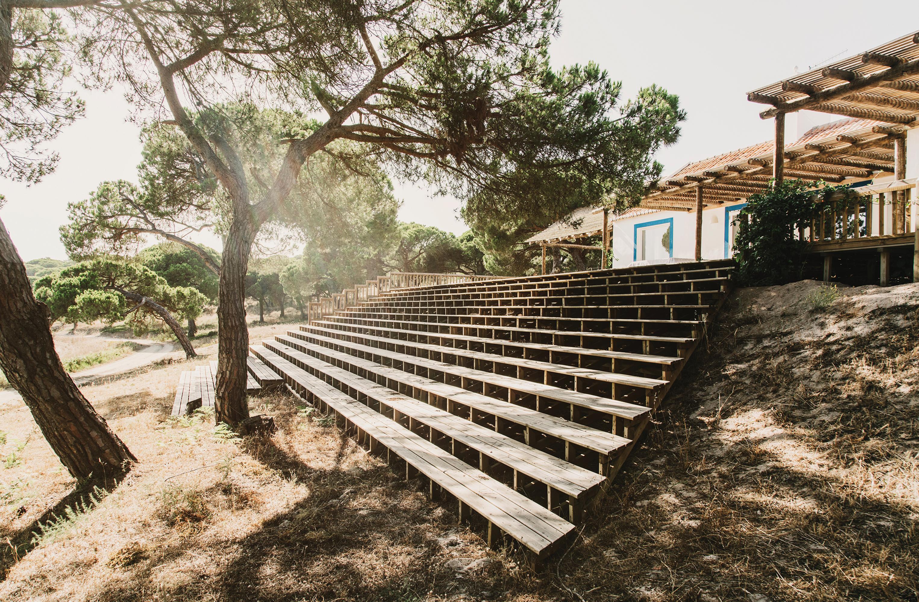 O próprio designer projetou os amplos degraus e o deque de madeira, que são o coração social do complexo. PHOTO: FOTO DE SALVA LÓPEZ