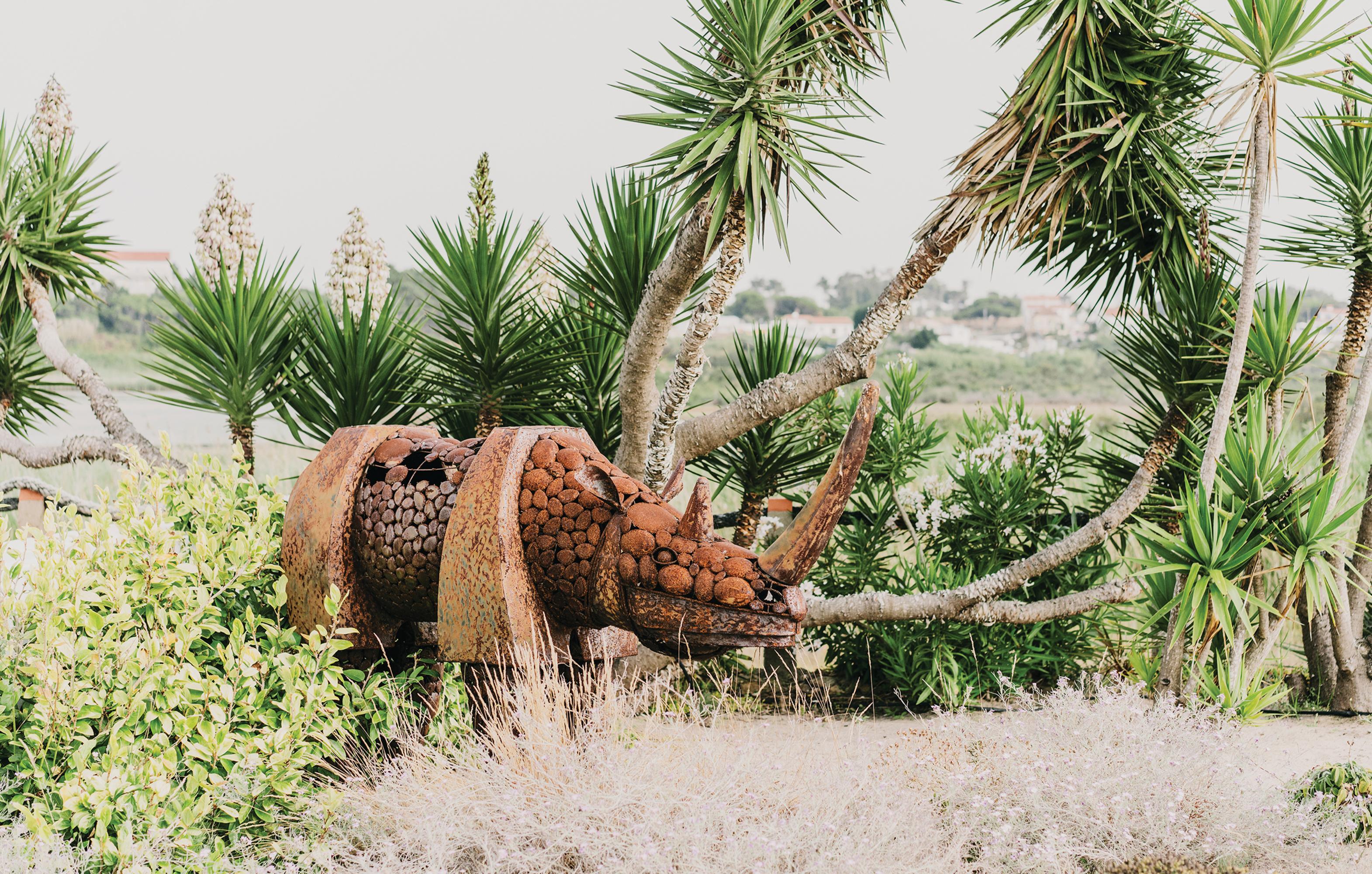 Um de dois rinocerontes de ferro que fizeram parte da decoração da festa de 50 anos do magnata turco Ömer Koç, amigo de Louboutin, que mandou o par de presente ao designer após o evento. PHOTO: FOTO DE SALVA LÓPEZ