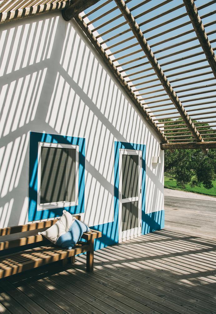 O telhado é aberto para receber uma trepadeira-jade com inspiração no paisagista brasileiro Roberto Burle Marx. Página oposta: uma ducha ao ar livre ao lado do quarto de Louboutin tem vista para os arrozais. PHOTO: FOTO DE SALVA LÓPEZ