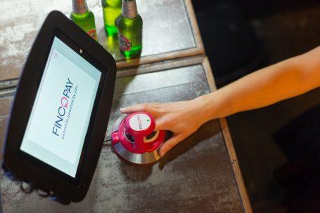 Supermercado permite que clientes paguem com impressão digital
